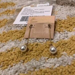 Droplet pearl earrings